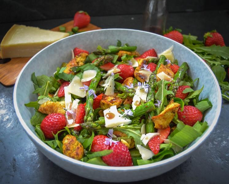 Rezept Grüner Spargelsalat mit Erdbeeren und Parmesan