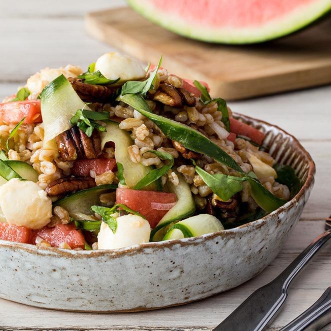 Rezept Grünkern-Salat mit Wassermelone, Mozzarella und kandierten Pekannüssen