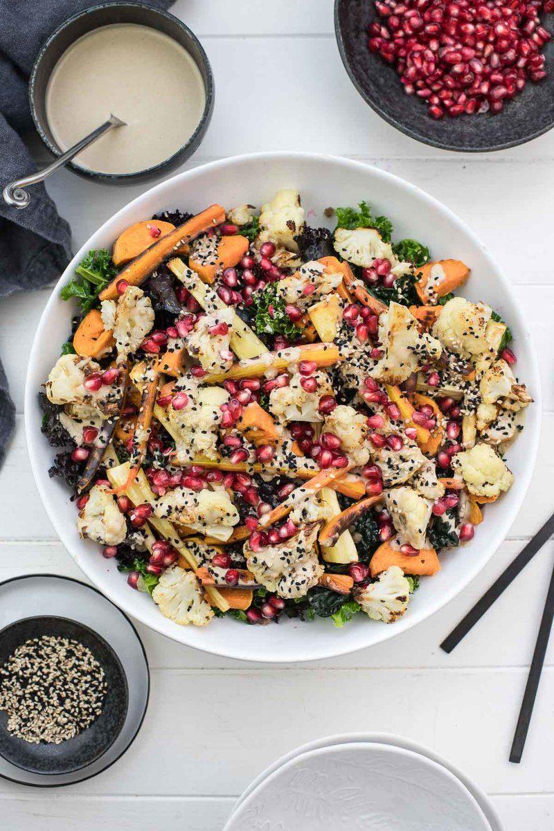 Rezept Grünkohl-Salat mit geröstetem Gemüse und Tahin-Dressing