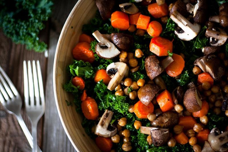 Rezept Grünkohlsalat mit gerösteten Kichererbsen