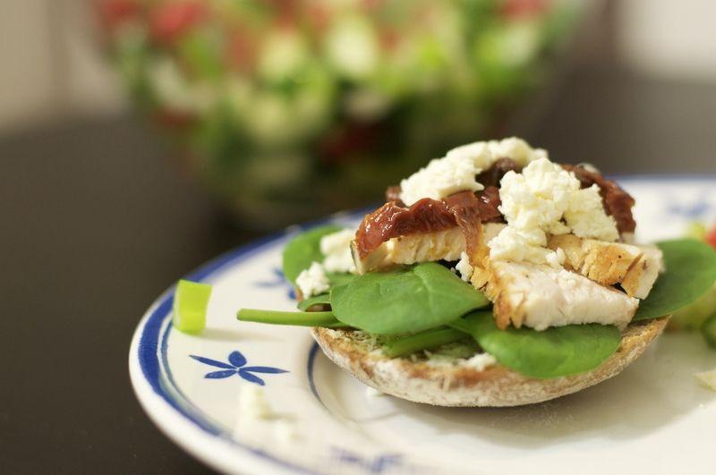 Rezept Hähnchen-Sandwich mit leckerem Tomaten-Minz-Salat