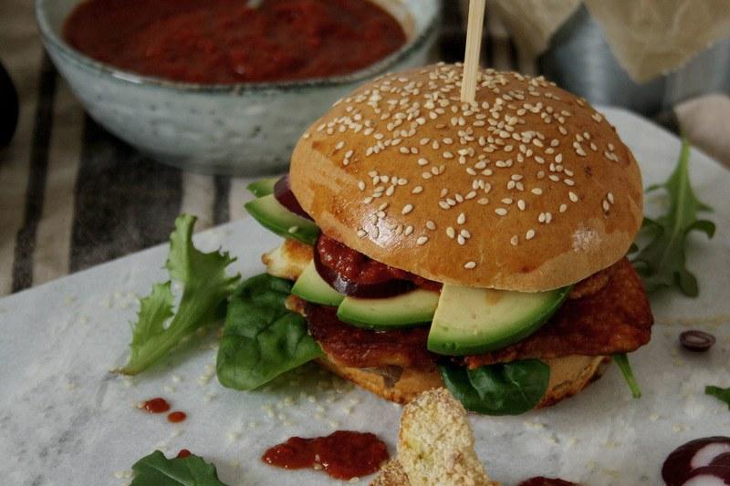Rezept Halloumi-Burger mit Avocado & aromatischer Paprikasauce
