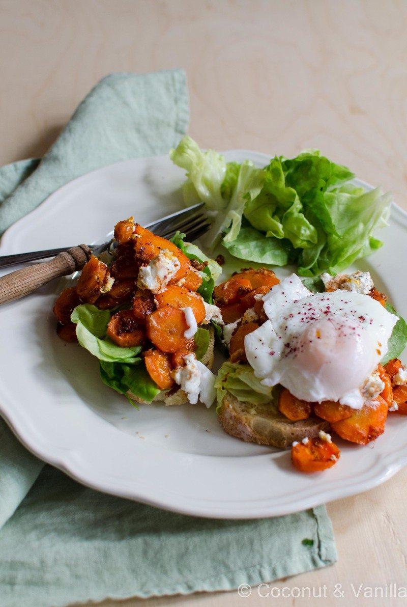 Rezept Harissa-Möhren mit Ziegenkäse, pochiertem Ei und Salat auf Buttertoast