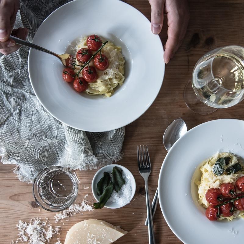Rezept Hausgemachte Safrantagliatelle mit geschmorten Strauchtomaten, frittiertem Salbei und einer Weissweinsahnesauce zum Teller ablecken