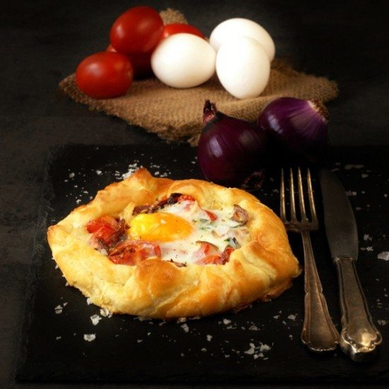 Rezept Herzhafte Galette mit Tomaten, Zwiebeln, Oregano und Ei