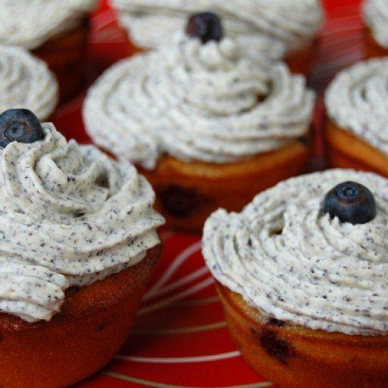 Rezept Himbeer-Heidelbeer-Cupcakes mit Mohn-Frischkäsecreme