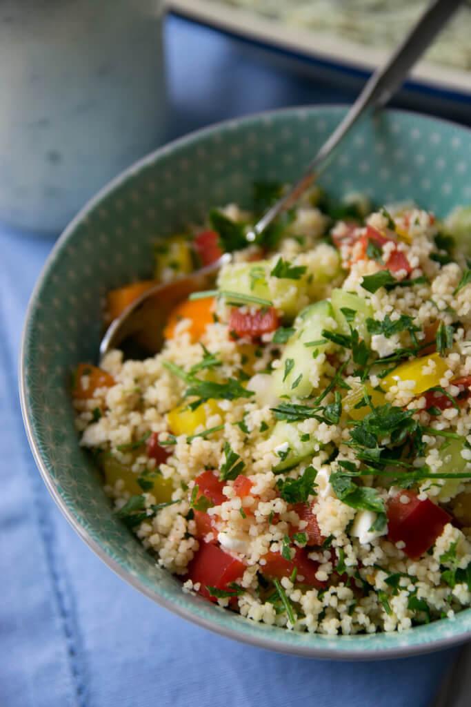 Rezept https://www.tellaboutit.de/couscous-salat-mit-zitronen-joghurt-dressing/