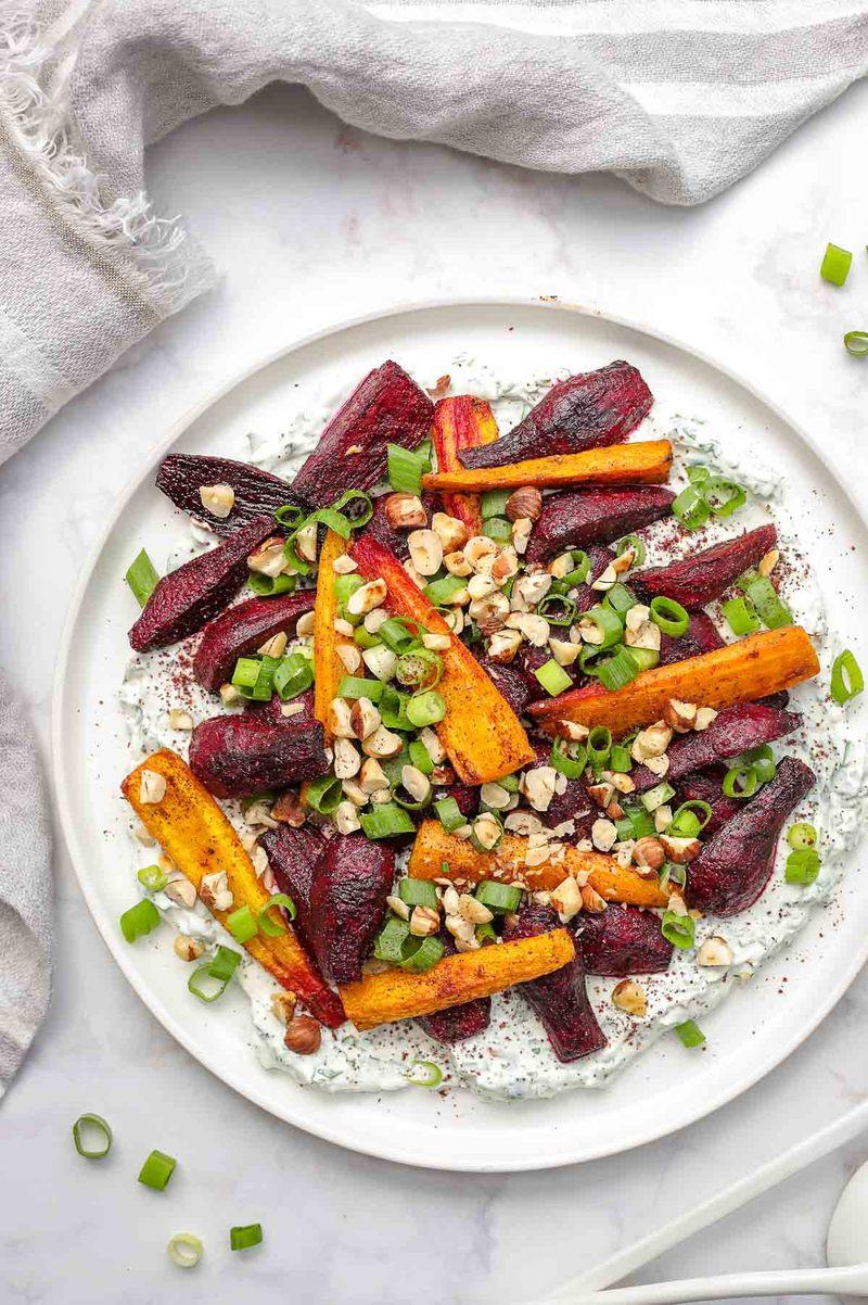 Rezept Im Ofen geröstete Rote Bete und Karotten mit Kräuter-Joghurt
