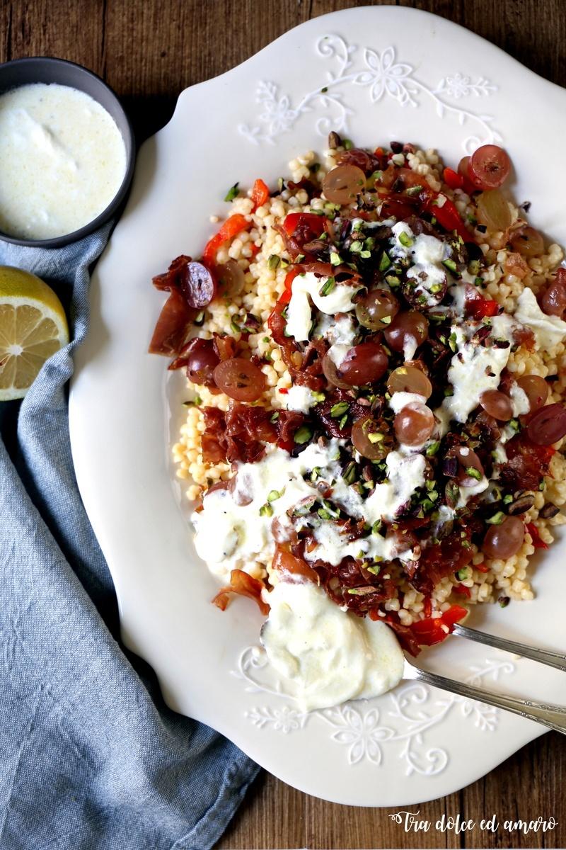 Rezept Insalata di fregola con peperoni, prosciutto croccante e stracciatella
