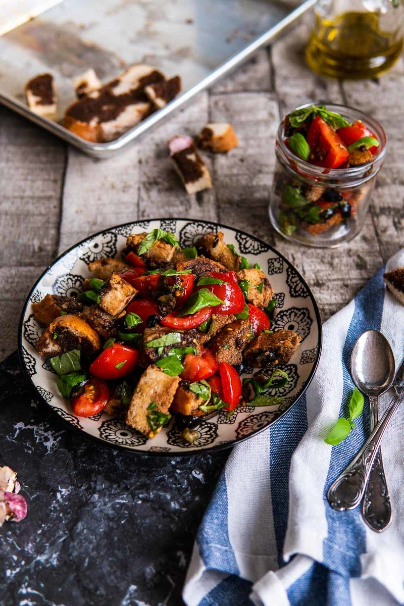 Rezept Italienischer Brotsalat mit Tomaten, Oliven & Basilikum