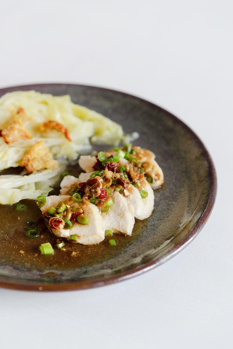 Rezept Japanische pochierte Hähnchenbrust mit Spitzkohl und würziger Sauce