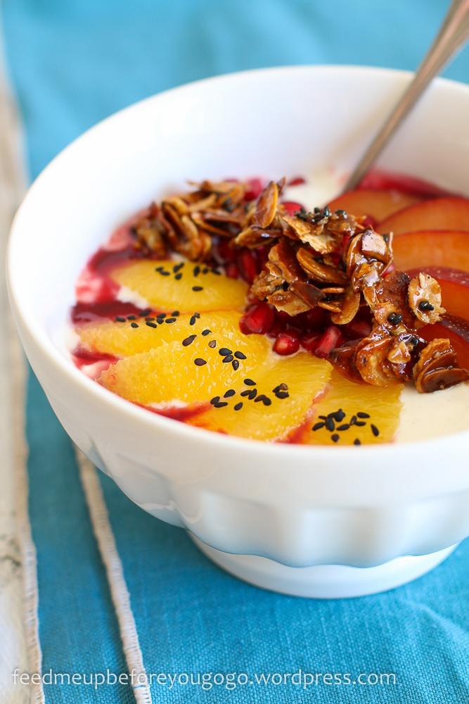 Rezept Joghurt mit Orange, Pflaume, Granatapfel und Sesam-Mandel-Krokant