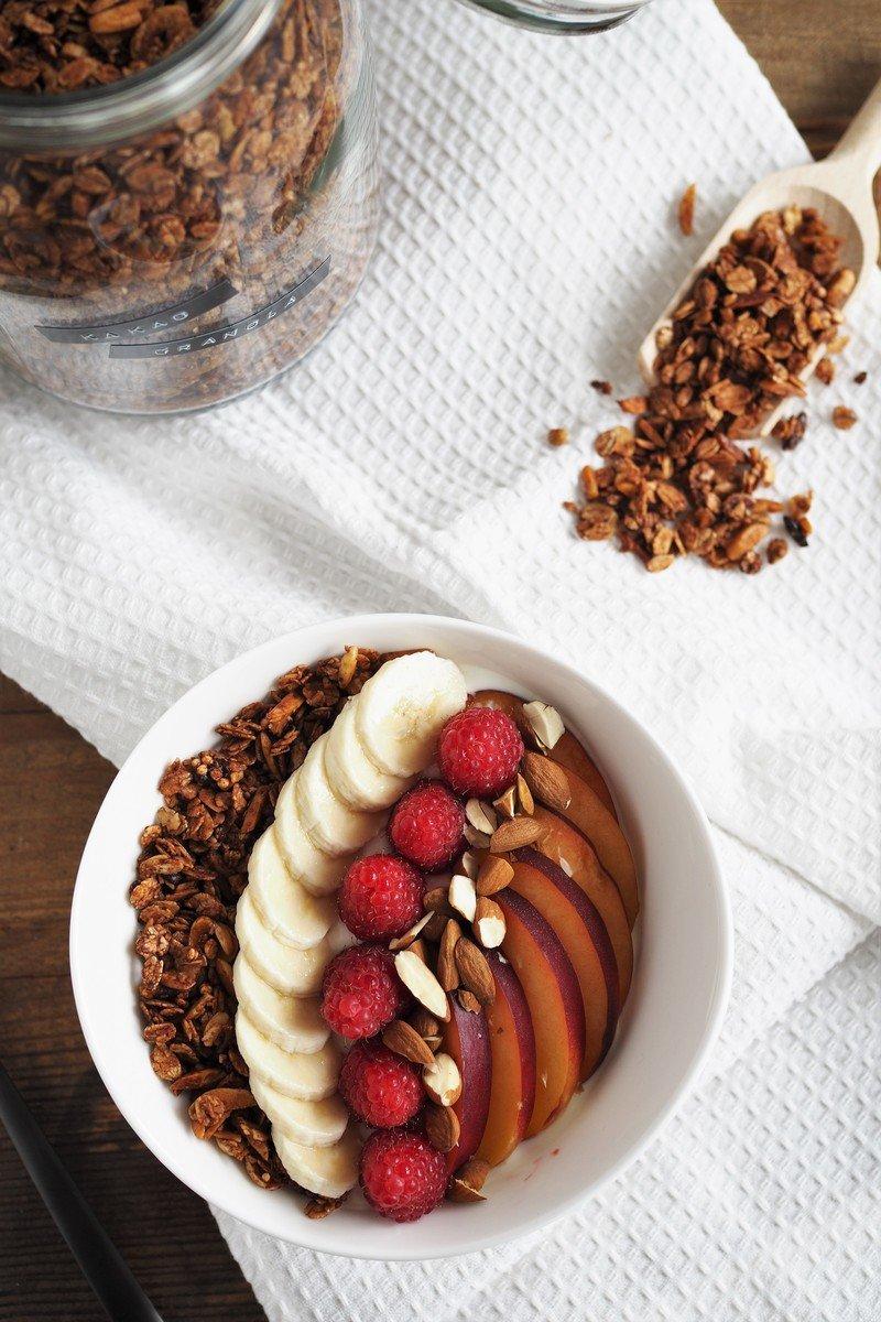 Rezept Kakao-Granola als Topping einer Skyr-Obst-Bowl