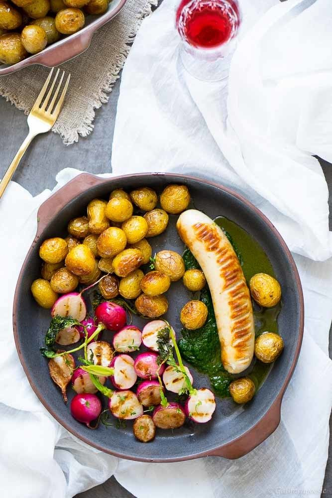 Rezept Kalbsbratwurst mit Schnittlauchöl, gegrillten Radieschen und Bratkartoffeln