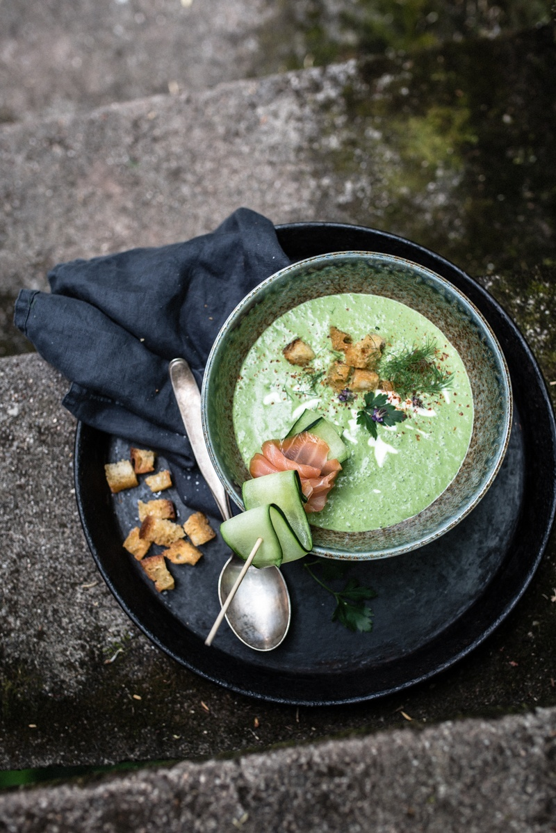 Rezept kalte kräutersuppe mit scharfen knuspercroutons und lachs-gurke-spieß