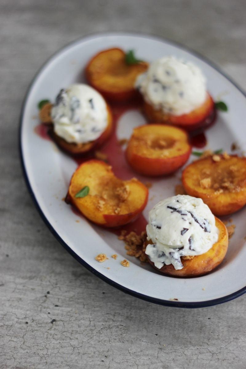 Rezept Karamellisierter Zimt-Pfirsich mit Ricotta-Schoko-Minz-Eis