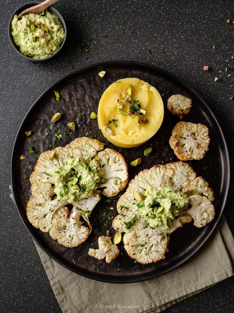 Rezept Karfiolsteaks aus dem Ofen mit Wirsingpesto und Kartoffelstampf