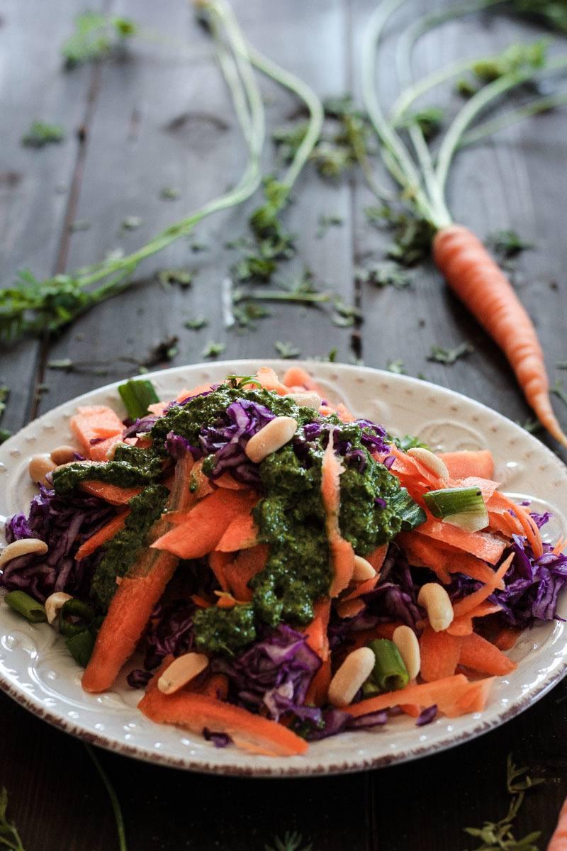 Rezept Karotten-Rotkohl-Salat mit Karottengrün-Dressing