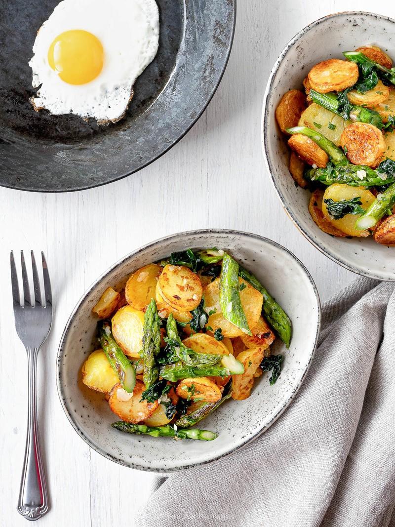 Rezept Kartoffel-Spargel-Pfanne mit Spinat und Spiegelei