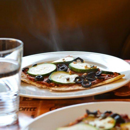 Rezept Kartoffelteig-Pizza mit Pesto, Oliven und Zucchini