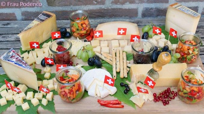 Rezept Käseplatte mit Jostabeeren-Chutney, Paprika-Marmelade und Sommersalat