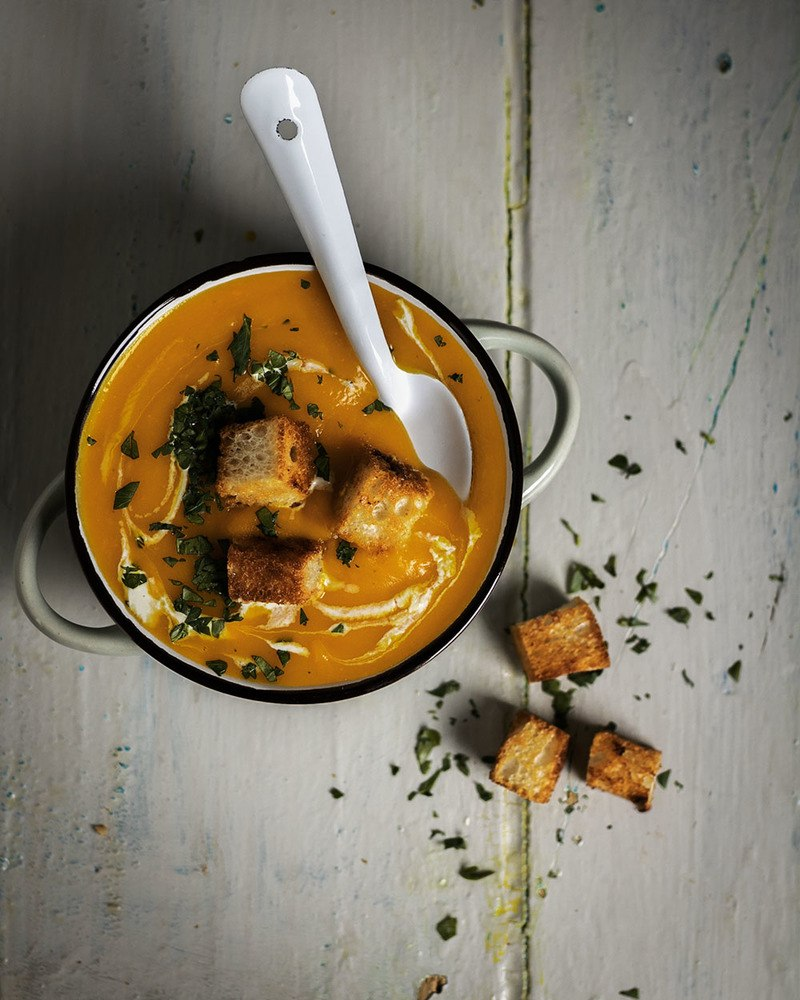 Rezept Klassisch-cremige Kürbissuppe aus 6 Zutaten | Der orangefarbene Suppenklassiker im Herbst