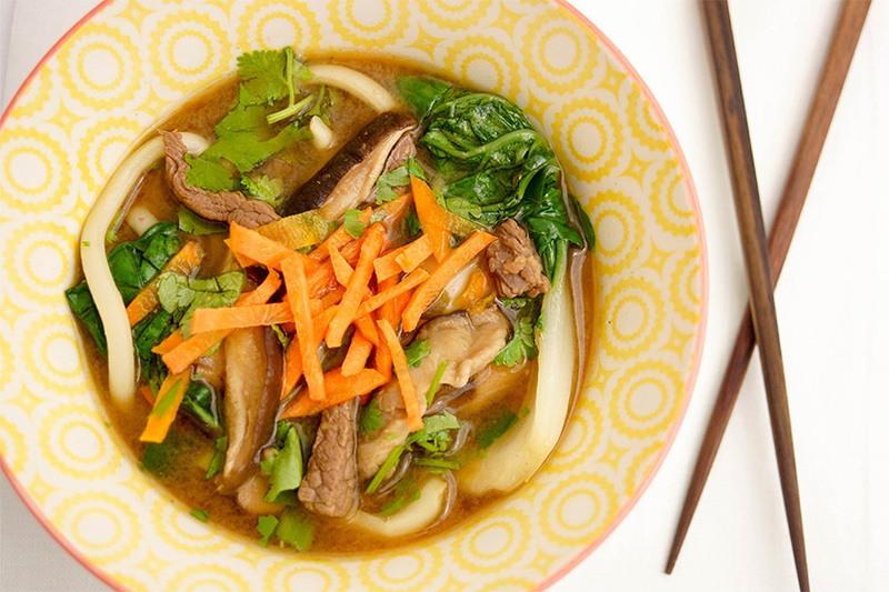 Rezept Klassische asiatische Suppe mit Udon-Nudeln und Pak Choi