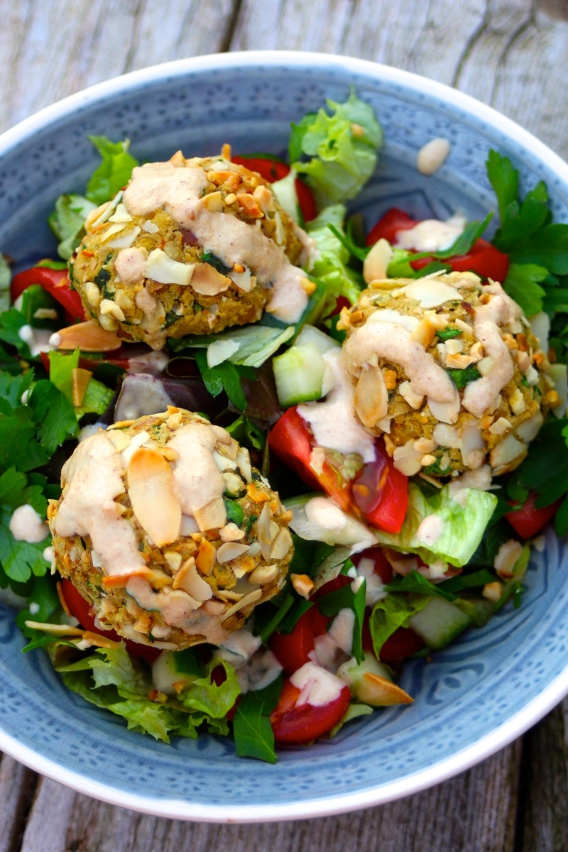 Rezept Knackige Mandelfalafel-Bowl mit Zitronen-Tahina-Dressing (vegan!)