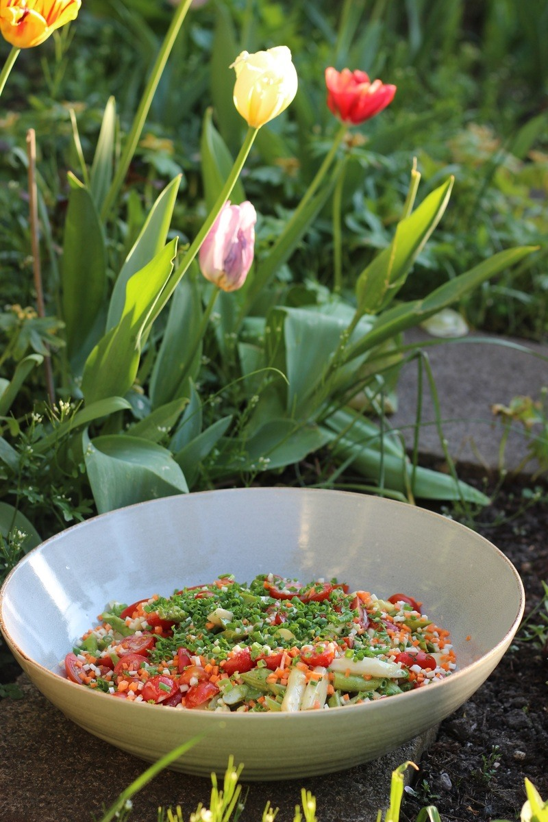 Rezept Knackiger Spargelsalat mit Kefir-Dressing mit geröstetem Spargel