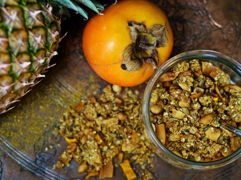 Rezept Knuspermüsli mit Erdüssen, Sesam, Mango und einem Hauch Curry
