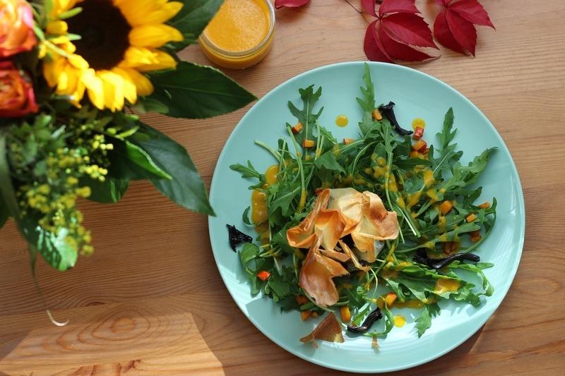 Rezept Knusprige Pilz-Säckchen mit Rucola und Kürbis-Dressing