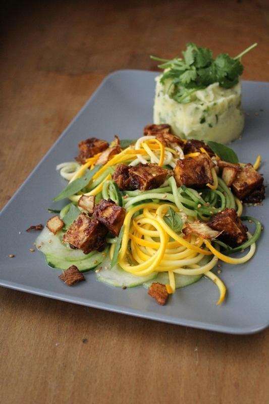 Rezept Knuspriger Erdnusstofu mit Gurken-Zucchinisalat und Koriander-Kartoffelpüree