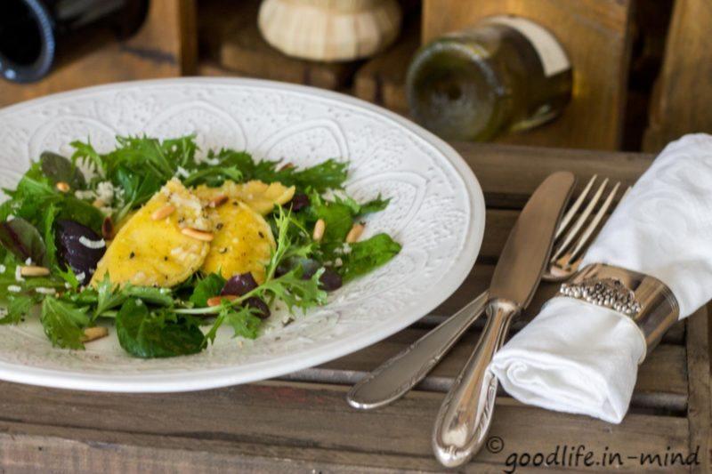 Rezept Kräuter-Ravioli auf Wildkräutersalat