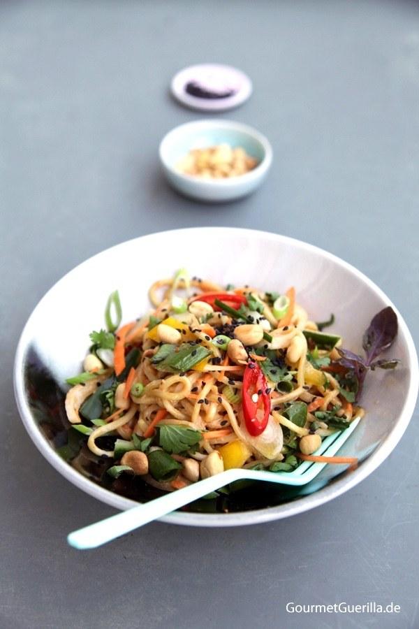 Rezept Kühle asiatische Sommer-Nudeln mit cremigem Erdnussdressing