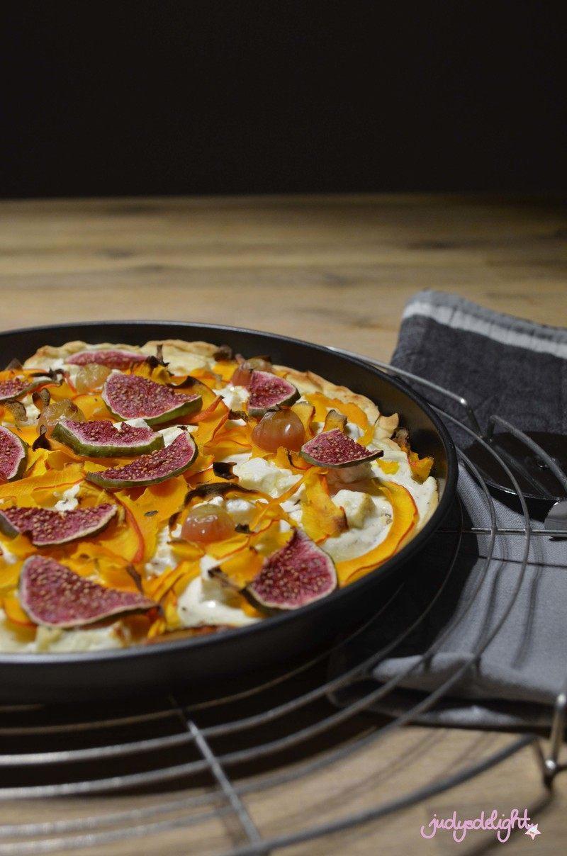Rezept Kürbis-Feigen Flammkuchen mit Feta und Trauben