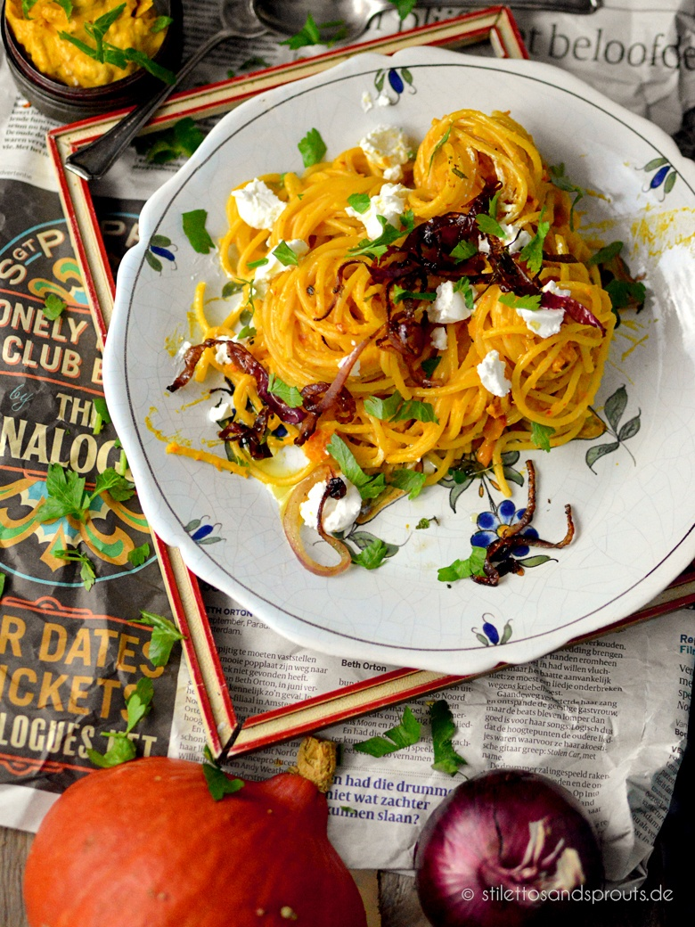 Rezept Kürbis-Pasta mit Crème fraîche, frittierten roten Zwiebeln und Ziegenfrischkäse