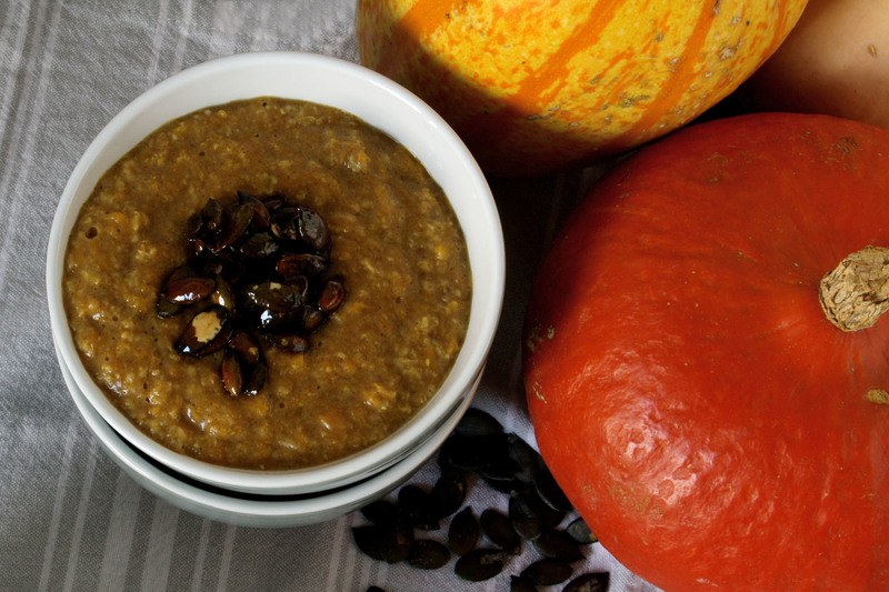Rezept Kürbis-Zimt-Porridge mit karamellisierten Kürbiskernen