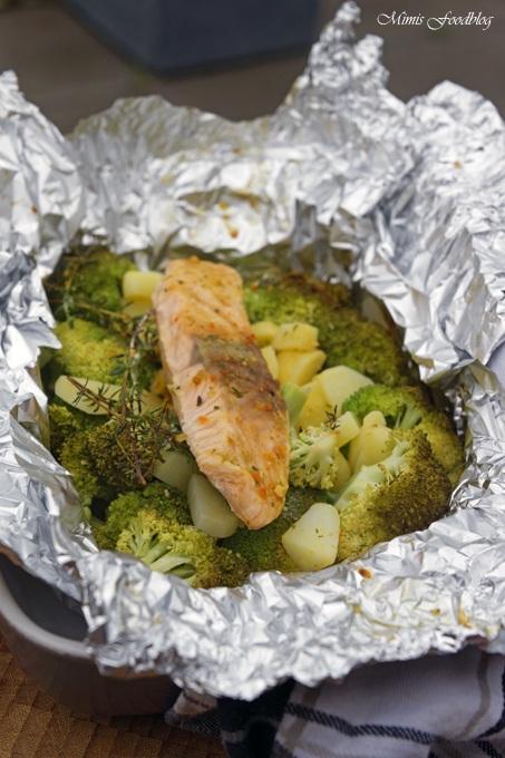 Rezept Lachs aus dem Backofen auf einem Brokkoli-Kartoffel-Bett ~ mit frischen Gartenkräutern