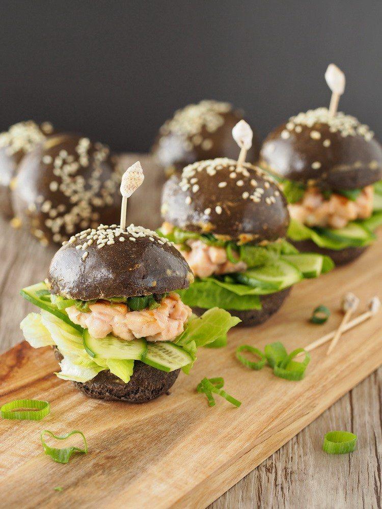 Rezept Lachs-Burger mit Sepia-Bun, Ingwer und Matcha
