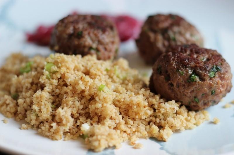 Rezept Lamm-Koriander-Hackbällchen, Walnuss-Couscous, Zwiebel-Rosinen-Relish und Zitronen-Ziegenjoghurt
