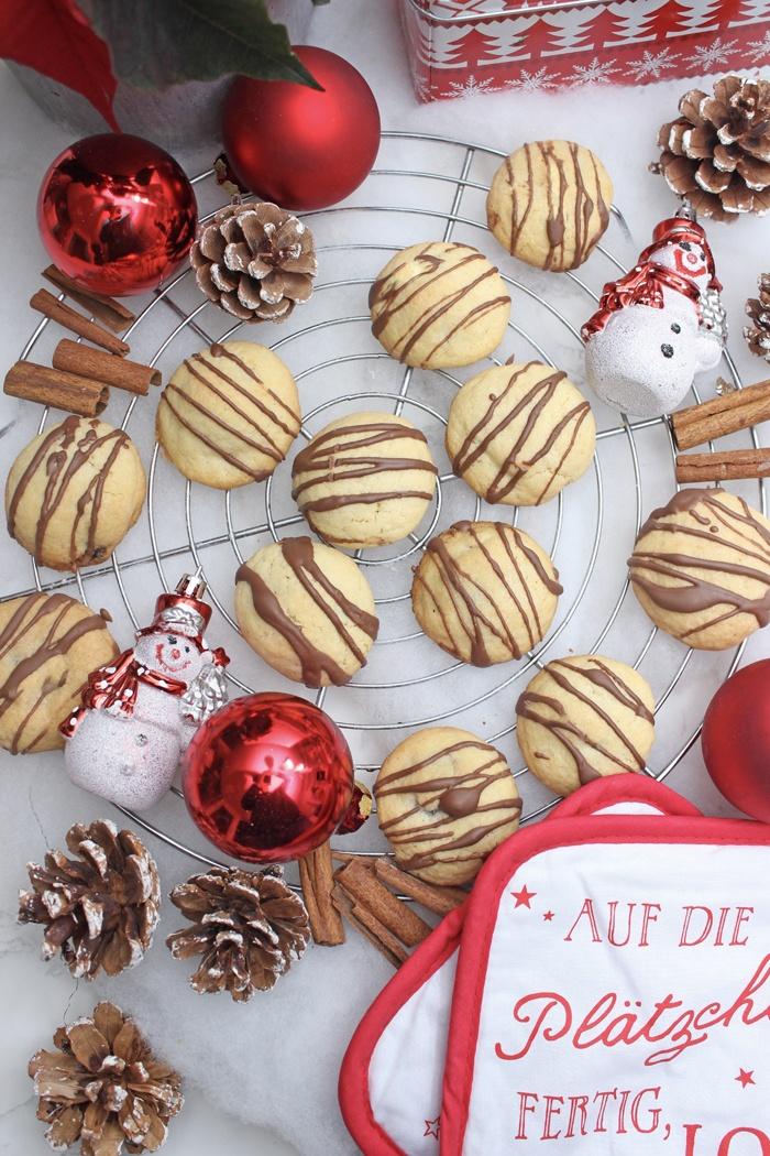 Rezept Leckere Plätzchen mit Milka feine Kugeln als Füllung zur Weihnachtszeit