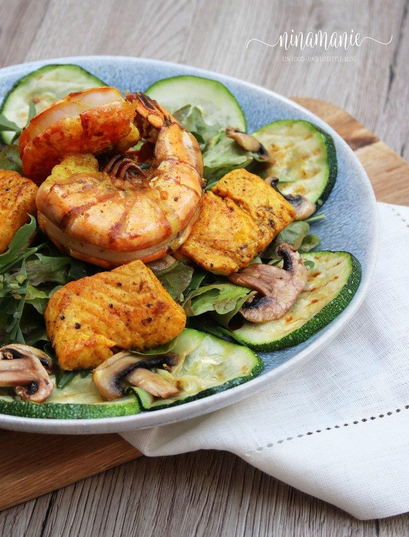 Rezept Leckerer Sommer-Salat mit Zucchini, Lachs und Riesengarnelen