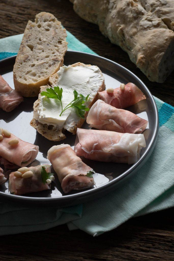 Rezept Leckeres Haselnuss Ciabatta mit Parmaschinken Röllchen