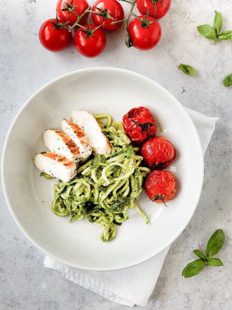Rezept Low Carb Zucchini-Nudeln mit Hühnchen und Ofentomaten