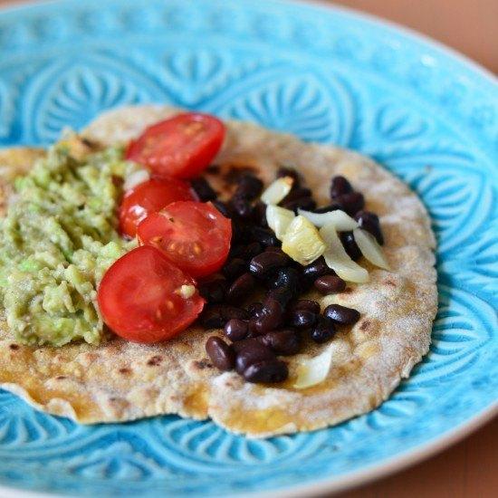 Rezept Maistortillas mit Erbsen-Guacamole, Kirschtomaten und schwarzen Bohnen