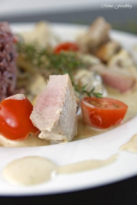 Rezept Medaillons aus der Pfanne mit Pilzen, Tomaten und Sahne-Sauce mit Thymian