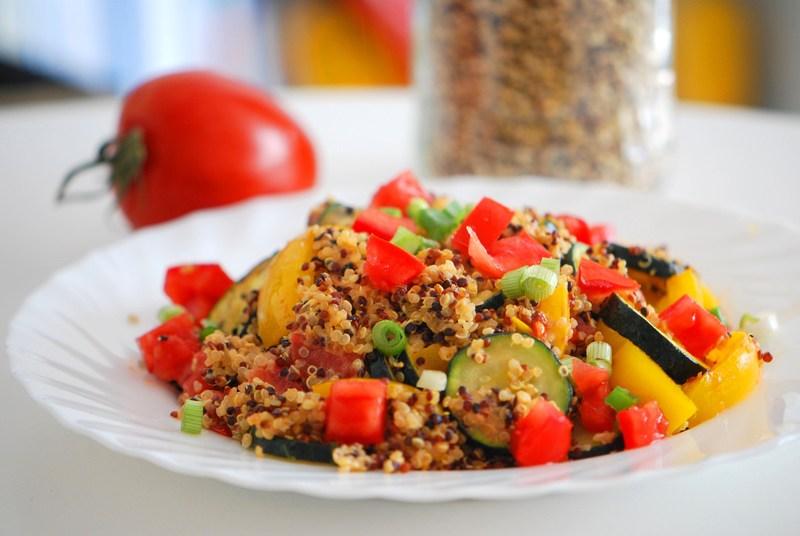 Rezept Mediterrane Quinoa-Pfanne mit Zucchini, Paprika & Tomate