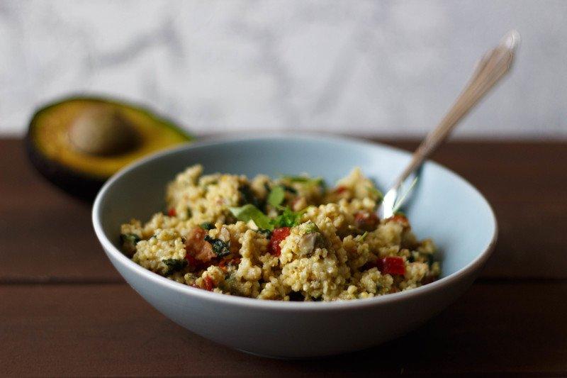 Rezept Mediterraner Hirsesalat mit Avocado, getrockneten Tomaten und Kräutern