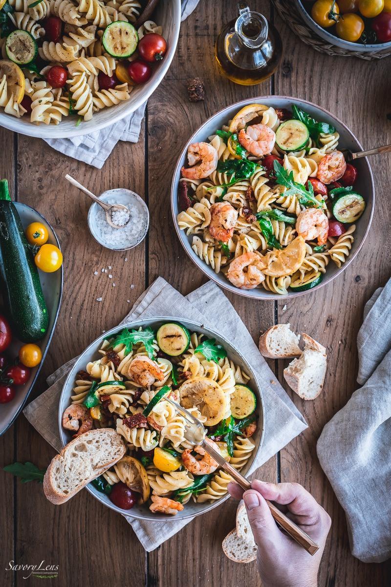 Rezept Mediterraner Nudelsalat mit Tomaten, Rucola und gegrillten Garnelen