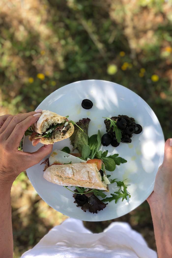 Rezept Mediterranes Sandwich aus frisch gebackenem Baguette mit selbstgemachter Olivenpaste